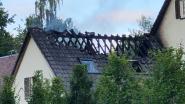 Brandweer moet dak openbreken bij zware uitslaande woningbrand