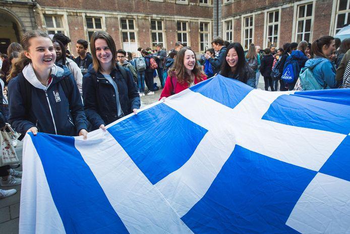 De scholieren haalden hun Griekse vlag boven.