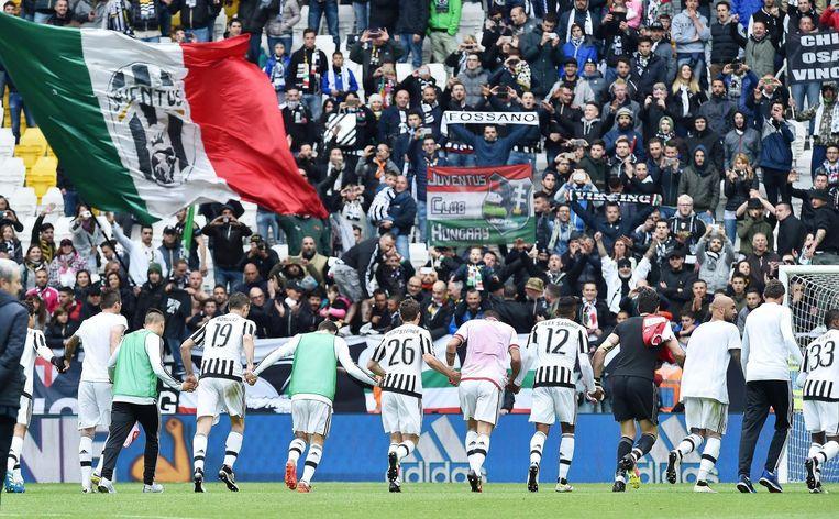 Spelers van kampioen Juventus bedanken de fans. Beeld null