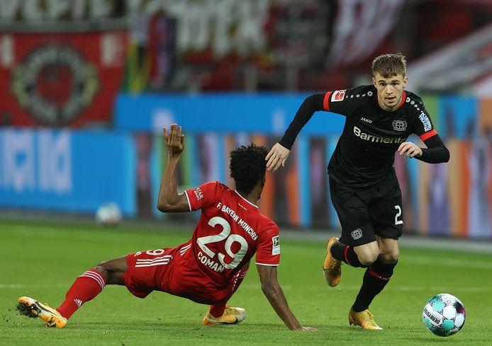 Daley Sinkgraven is er langs. Kingsley Coman, de middenvelder van Bayern München, kan niks meer doen.