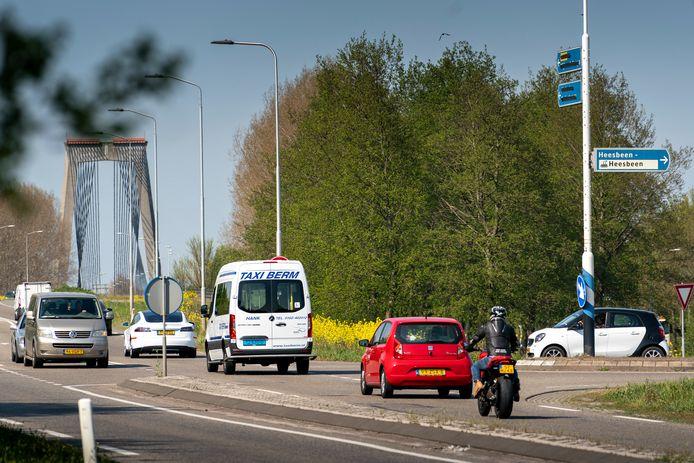 De situatie op de kruising N267 en de Heesbeenseweg, gezien vanuit de richting Drunen. In de verte de Heusdense brug, waar vlak achter de rotonde N267/N283 ligt.
