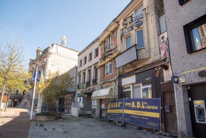 Op de Markt worden drie oude winkelpanden afgebroken.