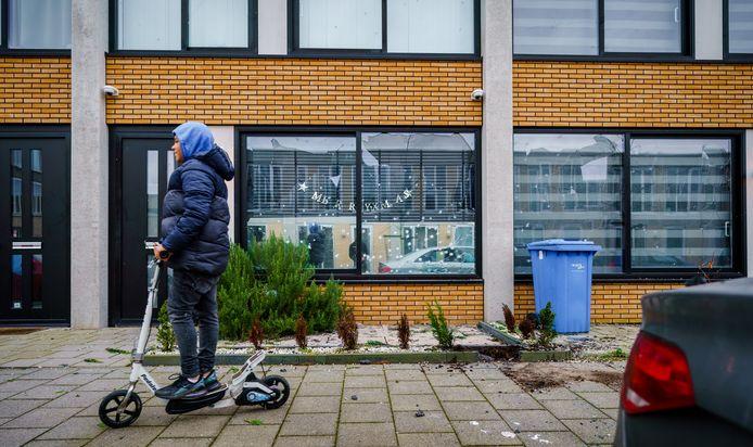 Door de kracht van de explosie op straat zijn de ruiten van zeven woningen beschadigd op de Kronenburg in Rotterdam.