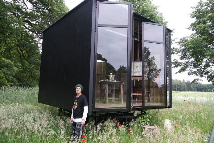 Marc Mulders bij zijn buitenatelier van Piet Hein Eek op landgoed Baest