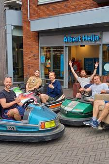 Opmerkelijk: vriendengroep rijdt op mobiele bankstellen, fauteuils en botsauto's door Groesbeek