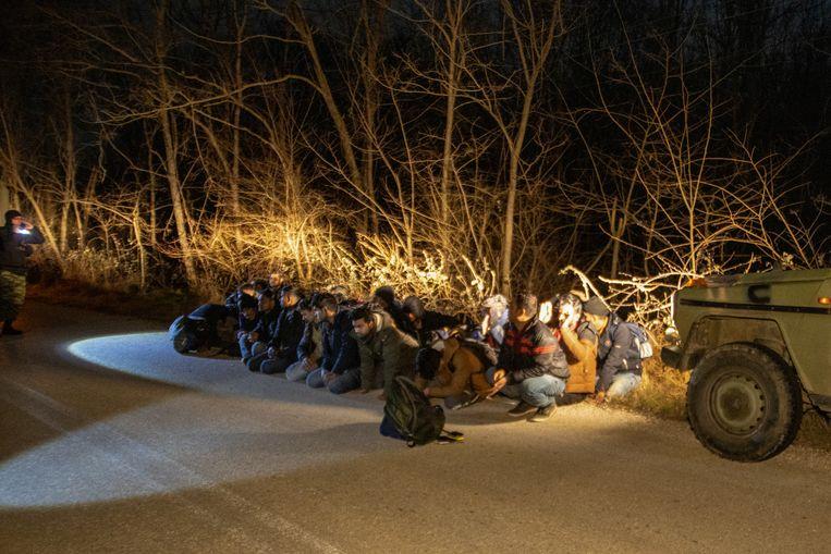 Griekse soldaten houden een groep vluchtelingen aan in de Evros-regio in maart. Nog steeds zijn er getuigenissen van mishandelingen door de autoriteiten, zegt onder meer een rapport van Human Rights Watch. Beeld REUTERS