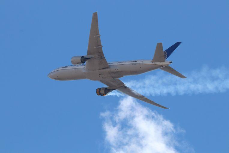 De Boeing 777 waarvan afgelopen zaterdag de rechtermotor in brand vloog tijdens een vlucht, waarna het vliegtuig onderdelen verloor boven Denver. Beeld EPA