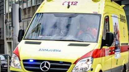 Auto botst tegen verlichtingspaal en belandt op dak in Komen: drie doden