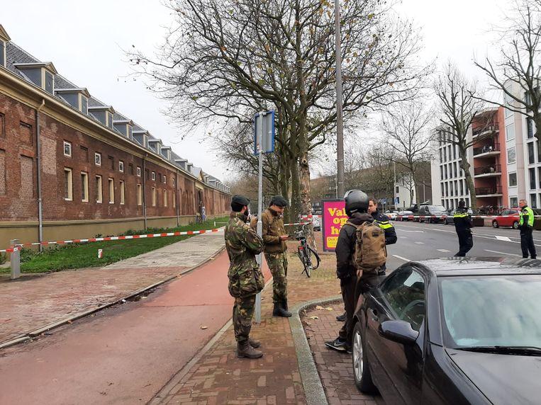 Militairen staan voor het Marineterrein na de vondst van een verdacht pakketje. Beeld Hanneloes Pen