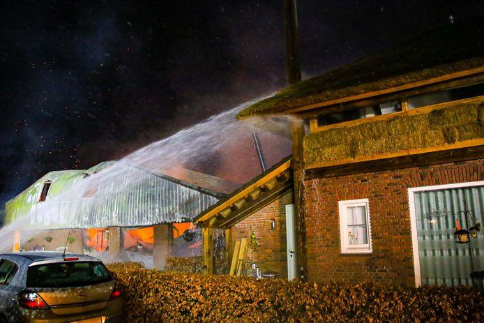 Grote brand in Gemert legt een loods in de as.