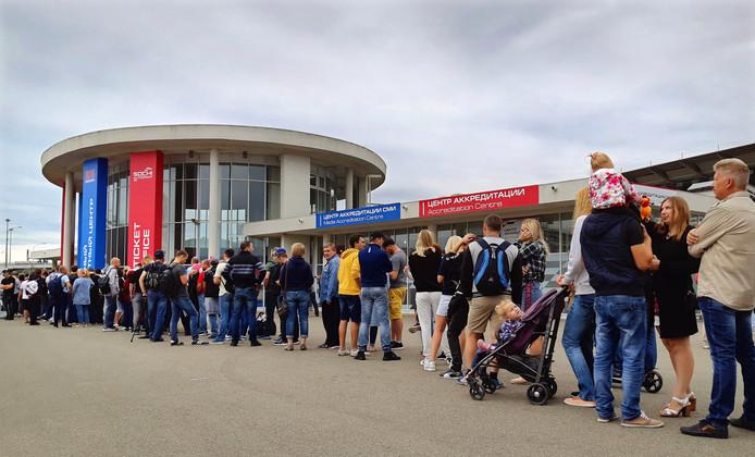 F1-fans staan in de rij om een kaartje bij het Autodrome te kopen.