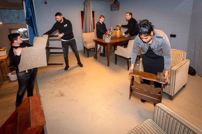 Medewerkers van kringloopwinkel ' De Snuffelhoek' druk bezig met inrichten voor de opening op maandag 7 december. v.lnlrl : Bas, Muhammed, Dylan, Martijn & Moenirah