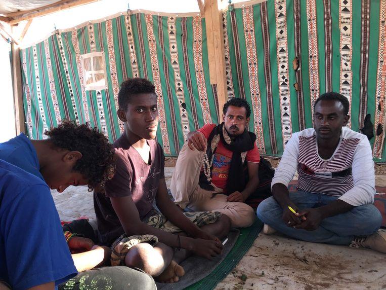 Maged Faisal uit Taiz (derde van links) tussen medevluchtelingen. Hij verloor twee broers. Beeld Remco Andersen