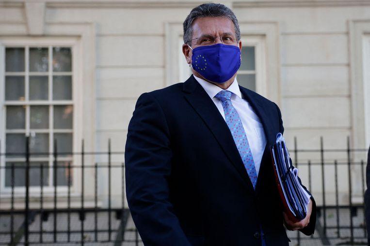 Europees commissaris Maros Sefcovic verlaat het hoofdkwartier van de EU-delegatie in Londen na de gesprekken over Noord-Ierland. Beeld AFP