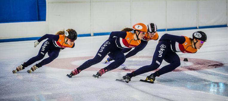 Training van de Olympische shorttracksters bij de opening van het schaatsseizoen. Beeld anp
