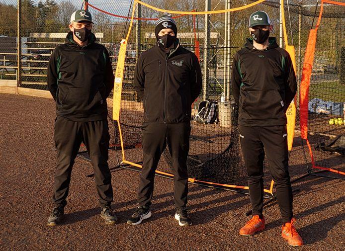 De coaches van Roef!, met in het midden Jeroen Swers, dragen mondkapjes op de training.