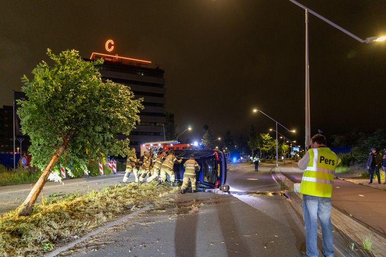 In de nacht van donderdag op vrijdag is op de Klaprozenweg in Noord een auto over de kop geslagen nadat deze een boom had geramd. Beeld Hollandse Hoogte / Novum RegioFoto