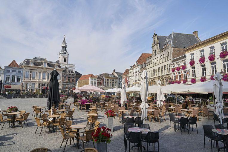 Een leeg terras op de markt in Bergen op Zoom. Beeld ANP