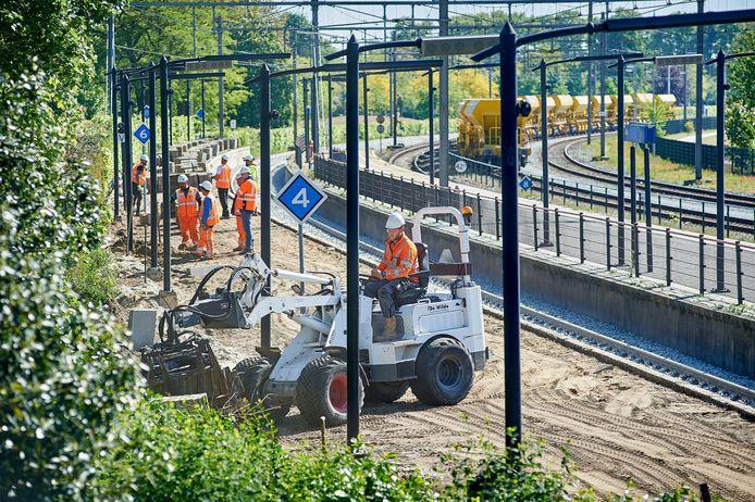 Bestratingswerkzaamheden aan het perron bij het centraal station in Oss.