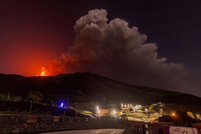 De Siciliaanse vulkaan Etna is vanmiddag weer uitgebarsten.