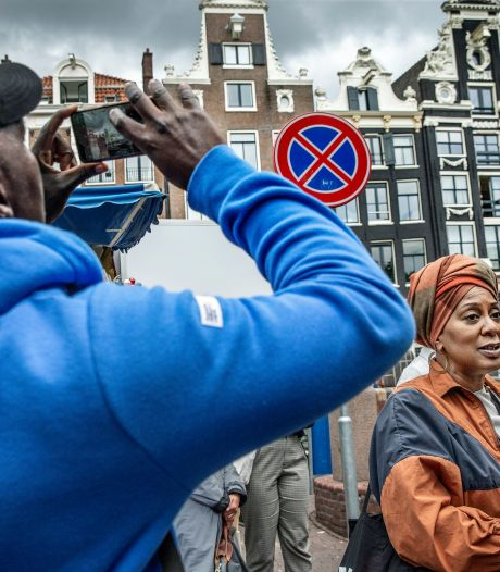 Tour langs Amsterdamse gevels: 'Kijk omhoog en je ziet het slavernijverleden'
