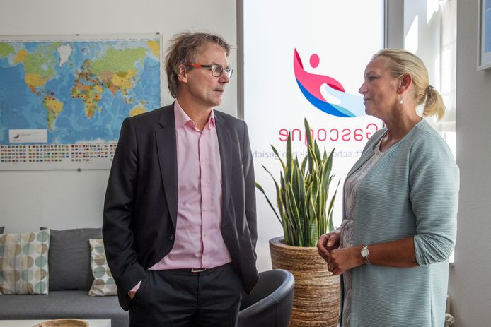 Toenmalig wethouder Staf Depla (PvdA, bijstand) in gesprek met operationeel manager Nancy Willems van Gascogne, begin 2019 (archieffoto).
