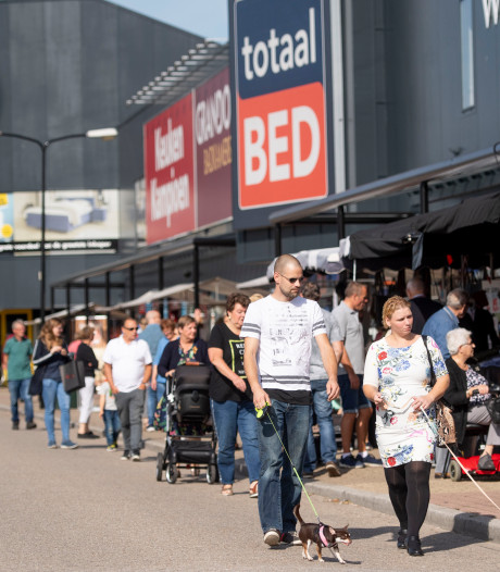Wat een pech: eerste braderie van het jaar op Woonboulevard Almelo verzet door slecht weer