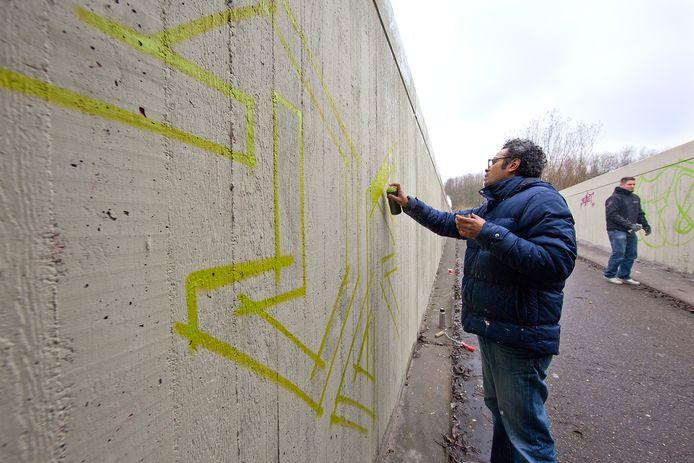 Toen de muren van de fietstunnel onder de N11 vlakbij het Spookverlaat nog 'maagdelijk' waren. Inmiddels staan die vol graffiti.