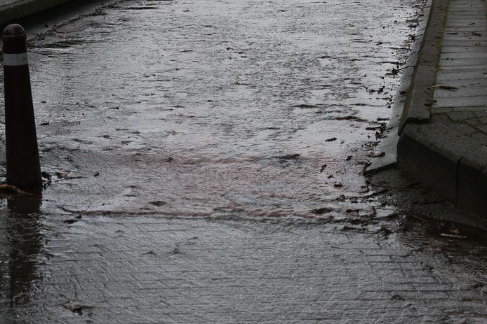Gigantisch waterlek aan Sportkot: deel Tervuursevest afgesloten wegens wateroverlast. Het water kan nergens echt weg