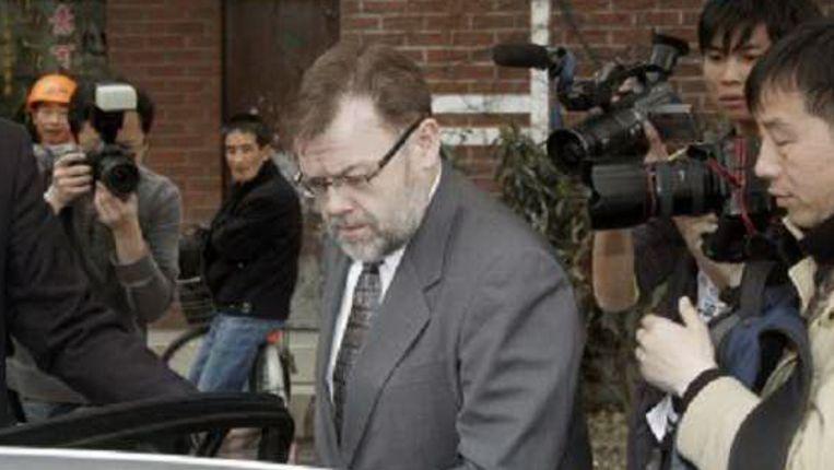 De Australische consul-generaal Tom Connor stapt in zijn auto nadat hij het vernietigende verdict in de rechtszaal hgeeft aangehoord. (EPA) Beeld