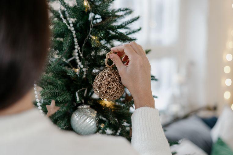 Kerstboom optuigen Beeld Getty Images
