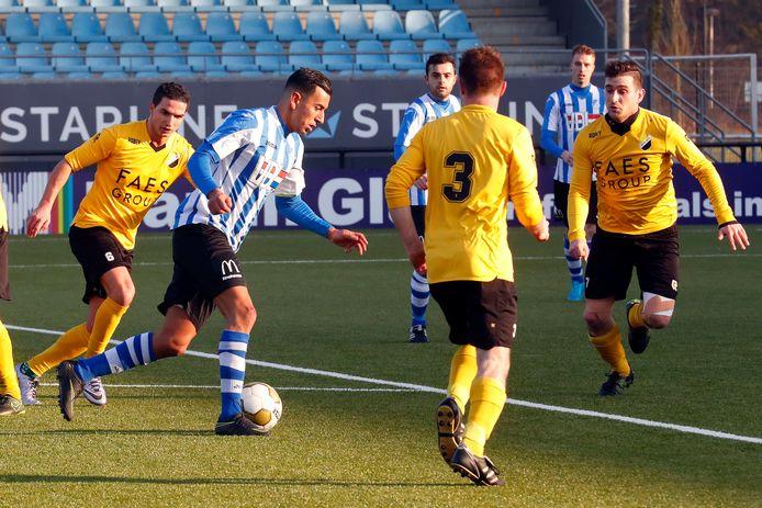 Adil Zouthane aan de bal voor FC Eindhoven AV tegen Reusel Sport.