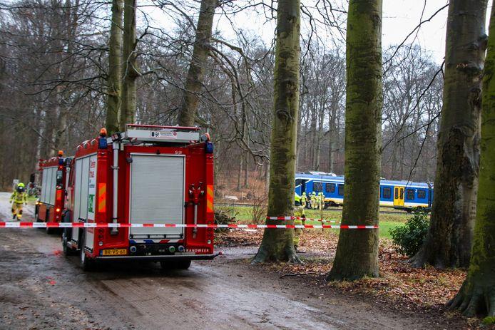 De brandweer is bij het ongeluk op het spoor in De Steeg.