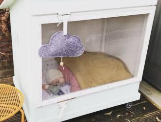 """Baby die moeilijk slaapt? Laat hem buiten dutten. """"Dat mag zelfs als het regent of sneeuwt"""""""