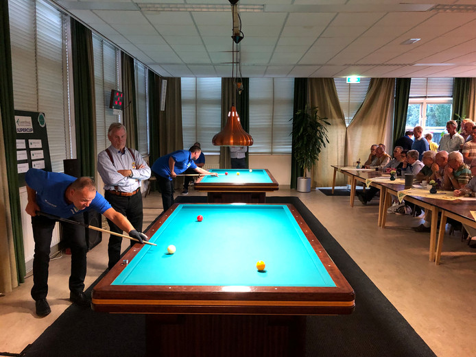 De latere kampioen Jacques van der Heijden (55) nam het in zijn openingspot op tegen de oudste deelnemer, Harrie van de Linden (75) uit Erp.