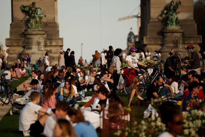 """Rassemblement de """"bulles sociales"""" au parc du Cinquantenaire, à Bruxelles."""
