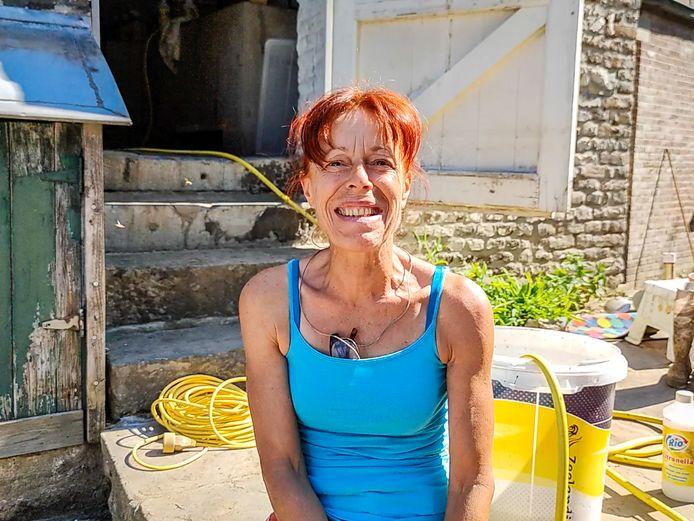 Malgré les difficultés qu'elle rencontre, sa maison et son jardin ravagés, Cathy garde un large sourire. (Trooz)