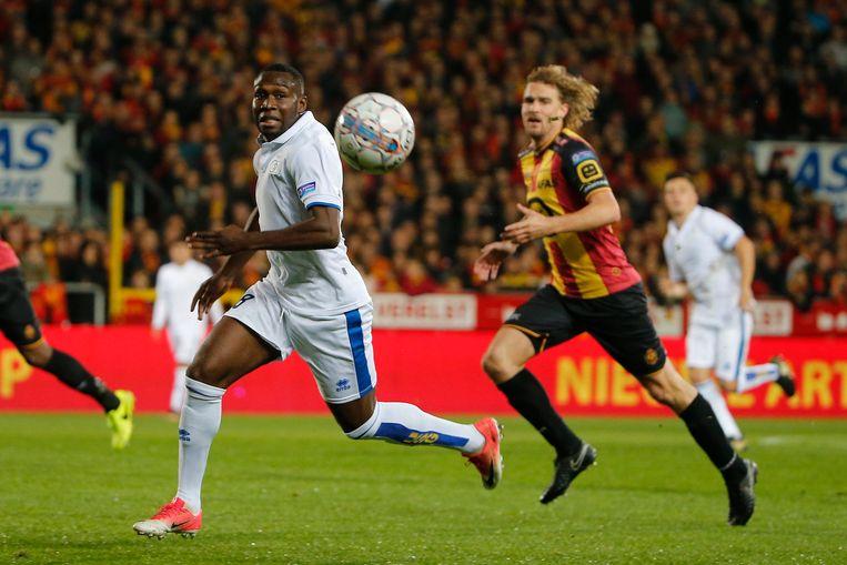 Youssouf Niakaté van Union is Arjan Swinkels van KV Mechelen te snel af.
