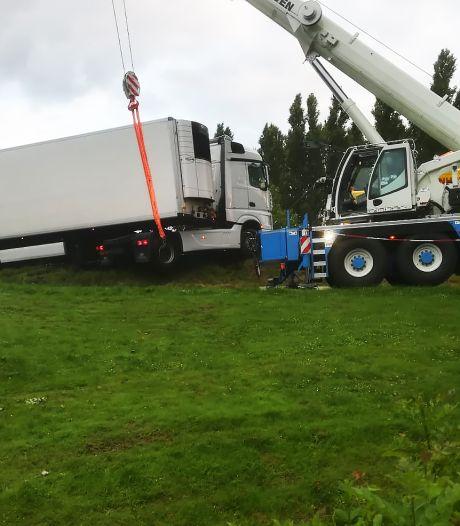 Chauffeur rijdt zich in Geervliet klem in gebied dat verboden is voor vrachtverkeer