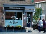 Bloemen bij café De Plak ter nagedachtenis aan doodgeschoten Paul (37)