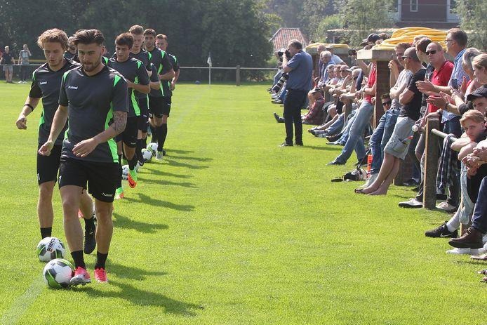 Publiek bij de eerste training van GA Eagles op sportpark Woldemarck in Terwolde, zoals in 2017, lijkt een utopie.