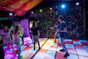 De Discobal-tent is de kleinste, maar het meest kleurrijk met de lichtgevende dansvloer.