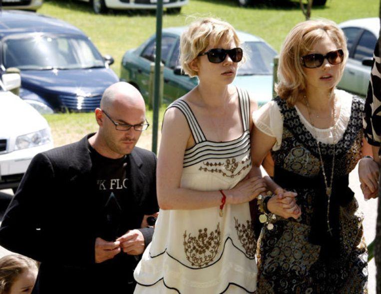 Michelle Williams (links) en Kate Ledger (rechts) tijdens de herdenkingsdienst in februari voor de overleden acteur Heath Ledger. Het dochtertje van Heath en Michelle krijgt de gehele erfenis van de acteur. Foto EPA Beeld