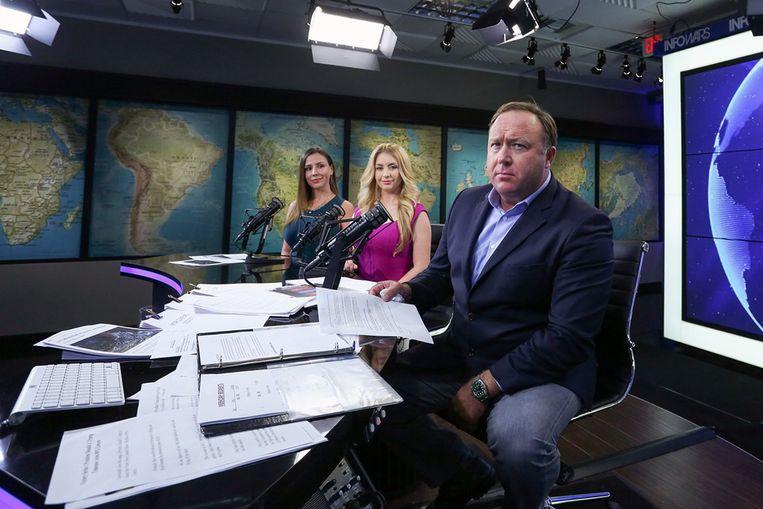 Alex Jones verkondigt in zijn tv-programma soms gevaarlijke complottheorieën. Beeld RV