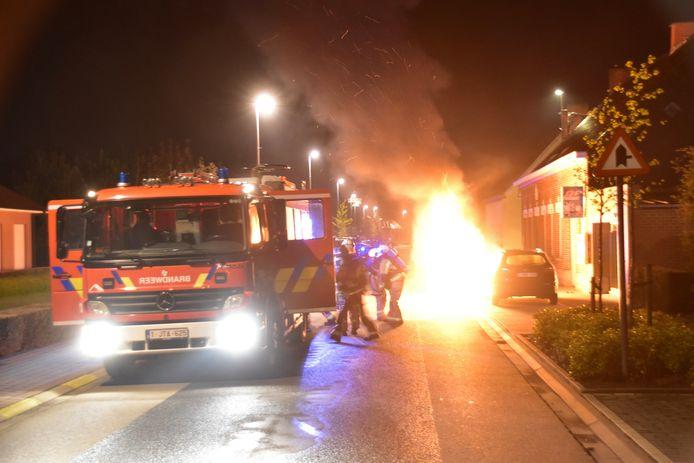Bij aankomst van de brandweer, in de Sint-Eloois-Winkelsestraat in Oekene, stond het motorcompartiment van de bestelwagen in lichterlaaie.