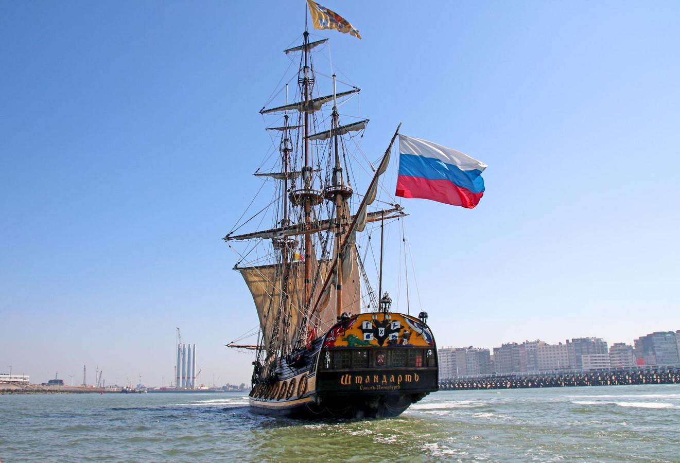 Het Russische schip vaart de haven binnen.