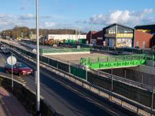 Groene kleur hekwerk onderdoorgang Balkbrug gesprek van de dag