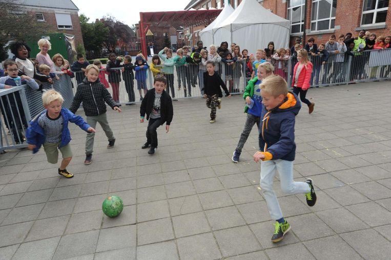 Leerlingen van De Kei spelen voetbal op het splinternieuw pannaveld.