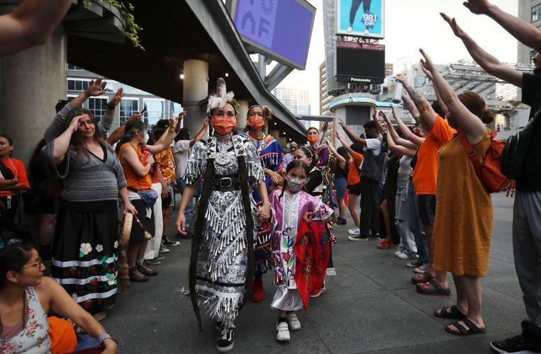 Traditionele dans, verleden week opgevoerd in Toronto, voor de slachtoffers van de internaten in Canada.  Beeld REUTERS