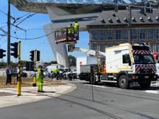 Verkeer draait in de soep nadat vrachtwagen bovenleiding aan Havenhuis beschadigt